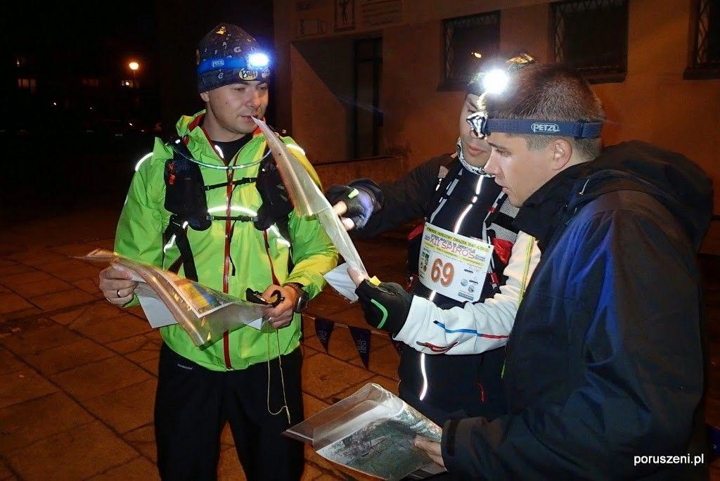 Autor z Piotrkiem i Łukaszem oglądają mapę przed startem.