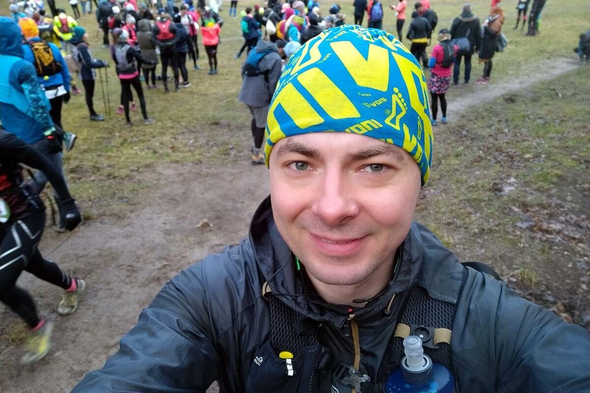 Zdjęcia autora na linii startu. W tle inni biegacze.