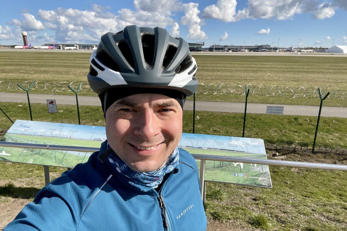 Giro Isode MIPS widok od przodu. W tle gdański port lotniczy.