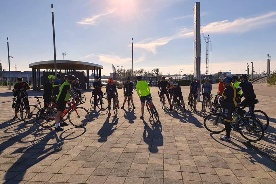 Uczestnicy treningu przed stadionem w Letnicy.