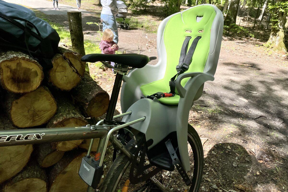 Fotelik Hamax Kiss zamontowany do ramy roweru.